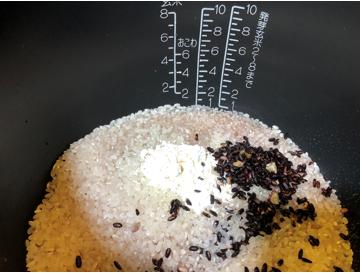 お米3合、レジスタ大さじ半杯、お湯を入れて蒸らしたクロックティー大さじ1杯を釜に入れます。 (クロックティーは、水分も全て入れます)